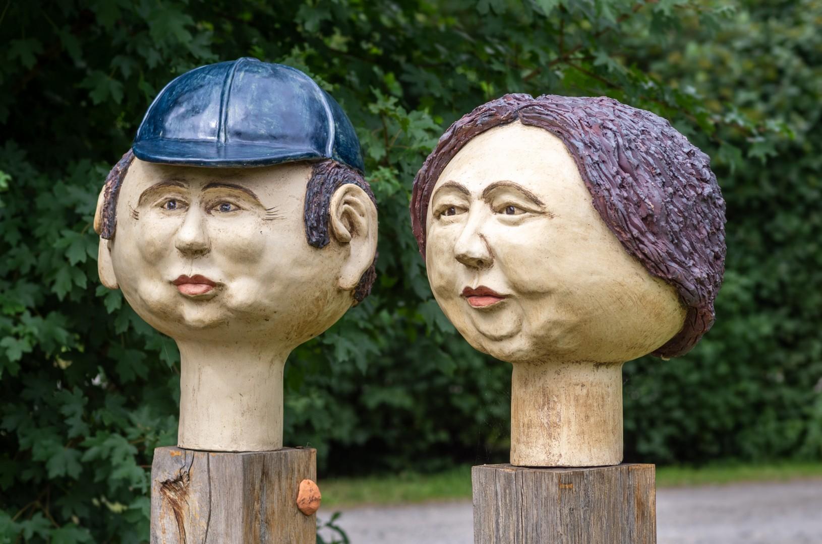 2 Keramikkugelköpfe auf Eichenstelen, Durchmesser ca. 35 cm, frostfest