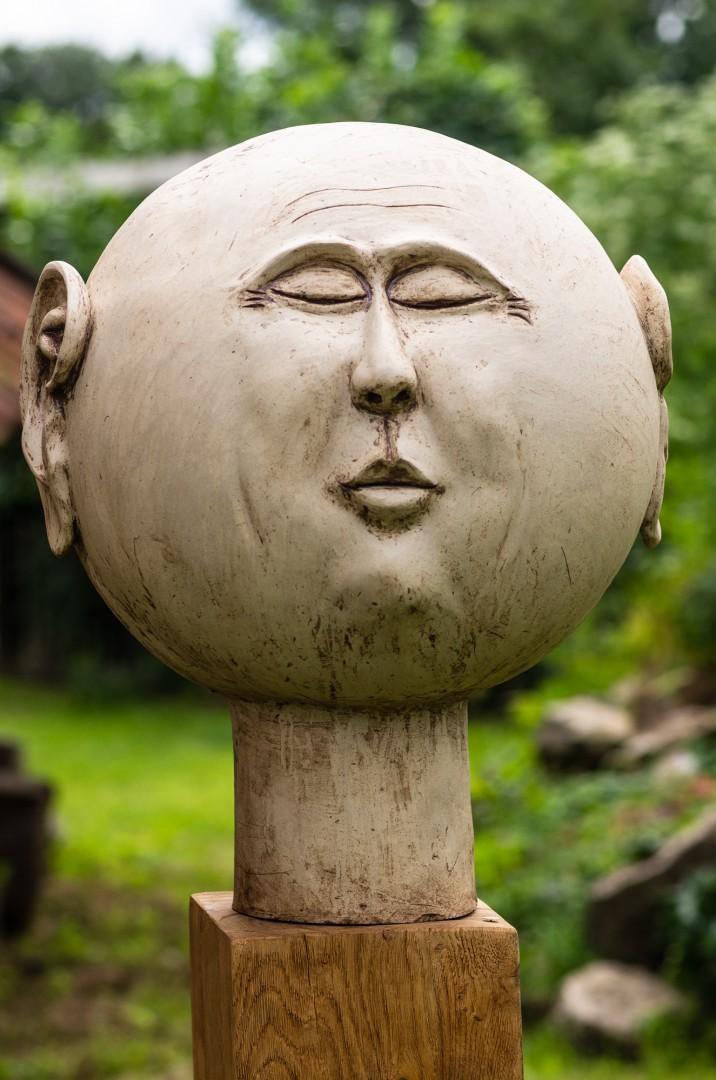 Keramikkugelkopf auf Eichenstele, Durchmesser c. 35 cm, frostfest