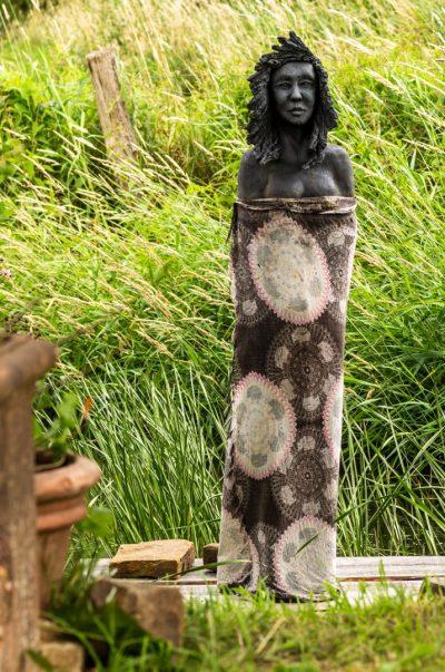 Keramikskulptur aus tiefschwarzem Ton auf Holzponton, Höhe ca. 160 cm, frostfest