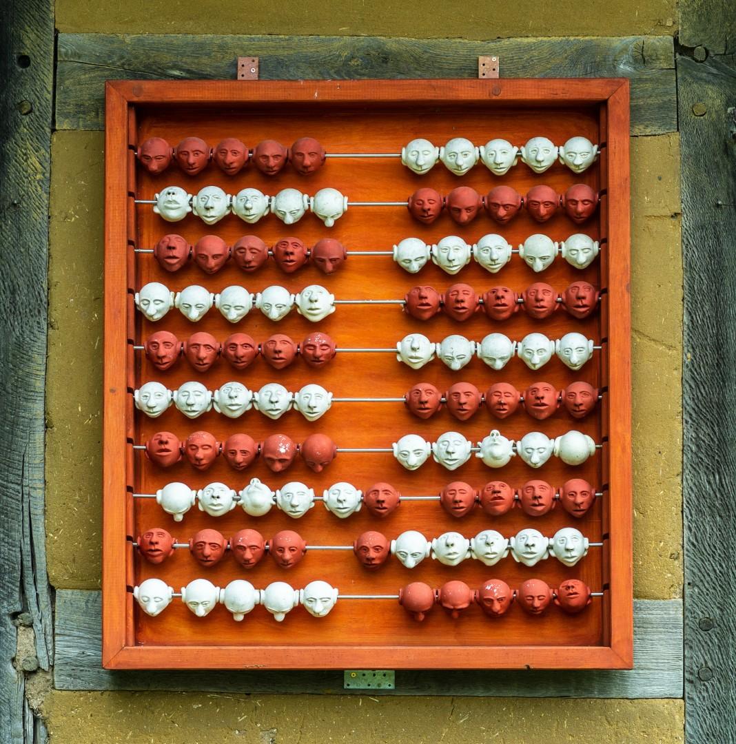 Abakus aus 100 Tonkugeln, Objektgröße ca. 100 x 100 cm