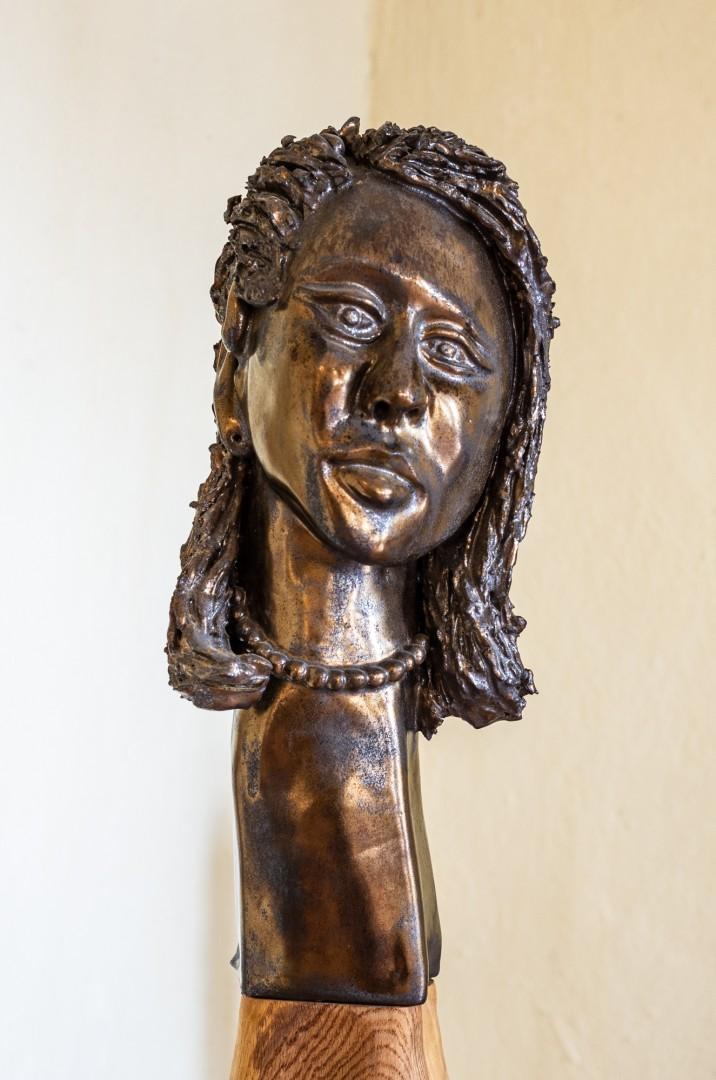 Keramikskulptur auf Holzstele, Bronzeglasur, Höhe der Keramik ca. 35 cm, Gesamthöhe ca. 120 cm