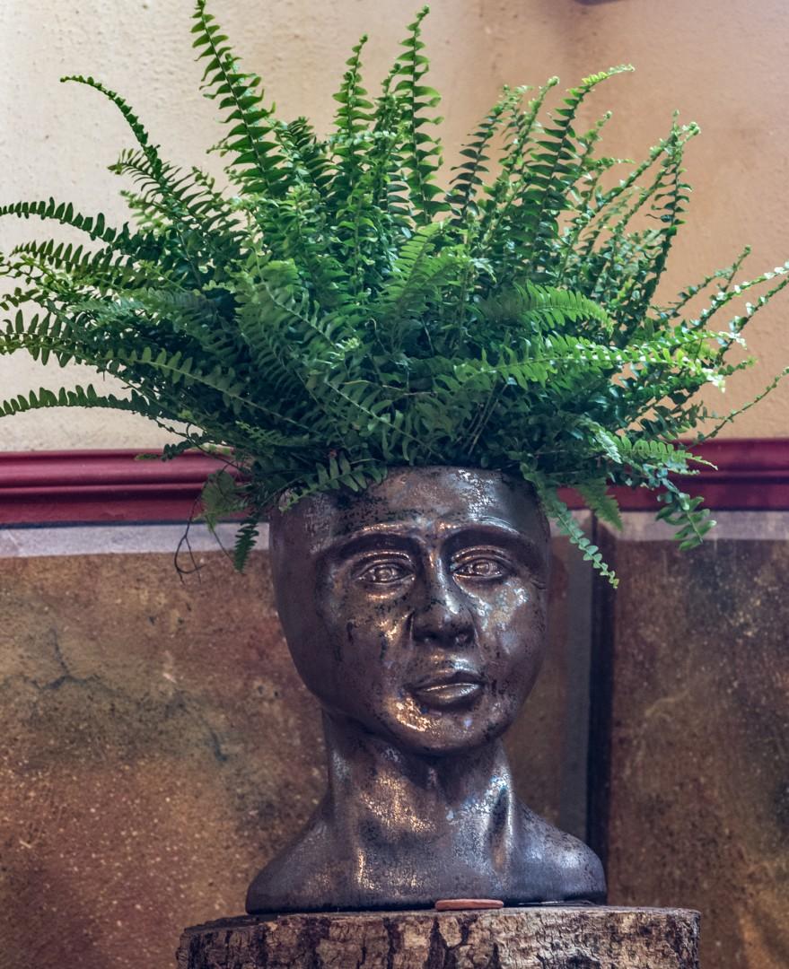 Keramikskulptur als Pfanzgefäß, Bronzeglasur, Höhe ca. 40 ca, frostfest