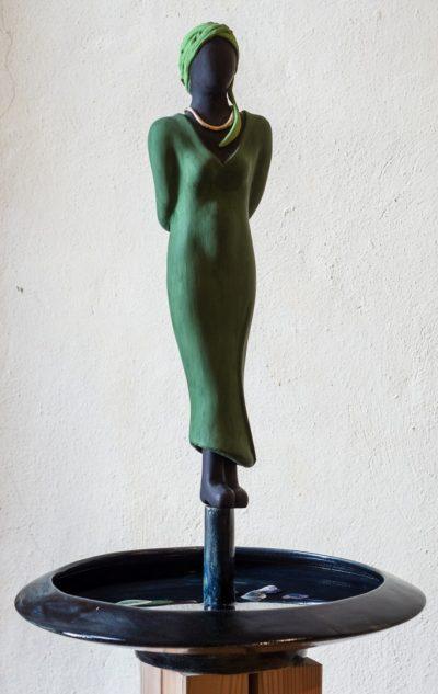 Keramikskulptur auf Keramikschale, Gesamthöhe ca. 60 cm