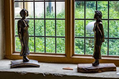Keramikskulpturen auf Holz-/Keramiksockel, Bronzeglasur, Höhe ca. 40 cm