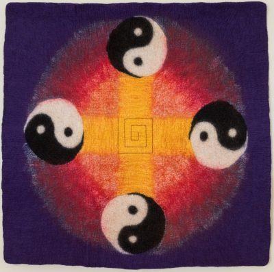 Yin-Yang. 2013 (Mechtildis Köder), ca. 90 x 90 cm, Schafwolle, Seidenfasern, Stickgarn, handgefilzt, bestickt