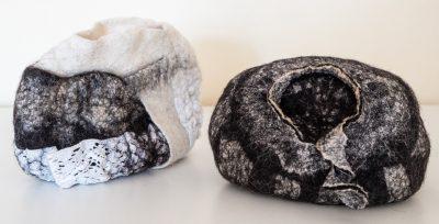 Hohl-Raum. (2teilig) (Mechtildis Köder), 2014, Schafwolle und diverse textile Materialien, handgefilzt